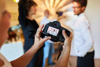 Fotografin kontrolliert Porträtfoto auf Kamera Display