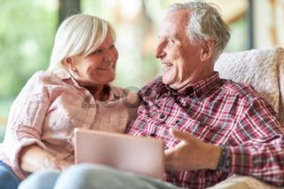 Paar Senioren hat Spaß mit dem Tablet Computer