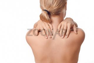 Junge Frau hat Nackenschmerzen