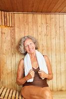 Glückliche Senior Frau in der Sauna