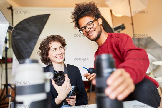 Zwei junge Fotostudenten bei der Objektivreinigung