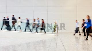 Geschäftsleute auf Geschäftsreise am Flughafen