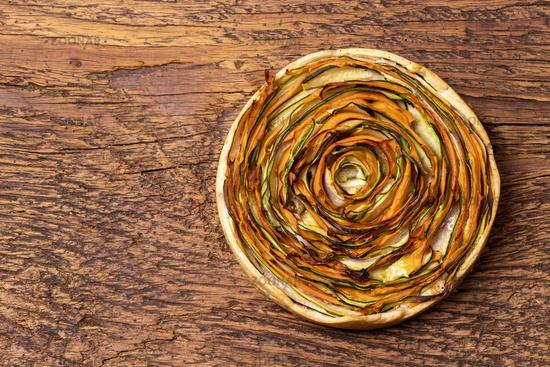 Kuchen mit Karotten und Zucchini auf Holz