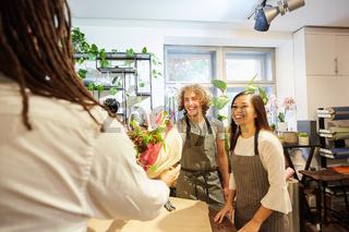 Floristen Team bekommt einen Blumenstrauß