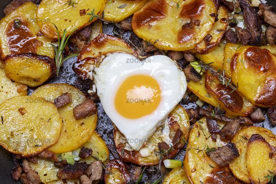 Tiroler Kartoffelgroestl mit Zwiebeln