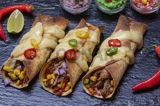 gebackene Enchiladas mit Salsa