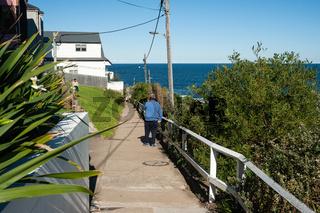 Sydney, Australien, Mann geht den Bondi to Coogee Walk Kuestenweg entlang