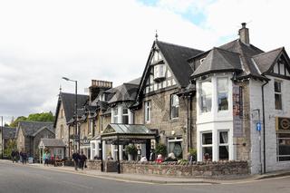 Häuser im viktorianischen Stil und Straßenrestaurant in Schottland
