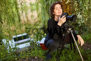Landschaftsfotografin mit Kamera und Stativ