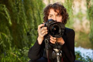 Frau als Naturfotograf mit digitaler Kamera