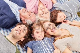 Fröhliche erweiterte Familie liegt im Kreis