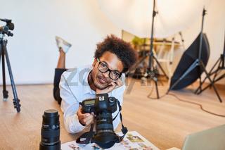 junger Fotograf als Fotostudent mit digitaler Kamera