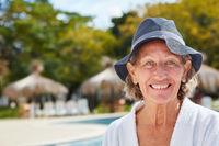 Lächelnde Senior Frau im Wellness Urlaub