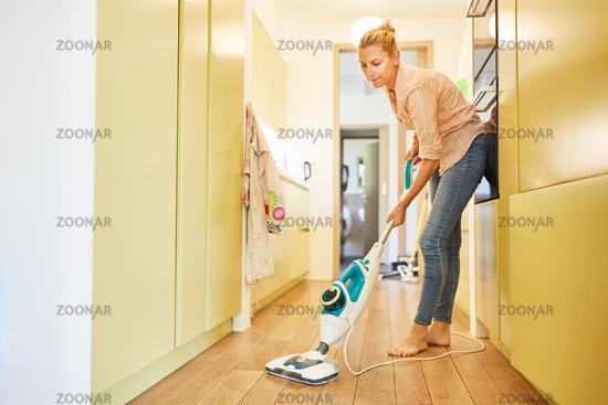 Putzfrau im Flur bei der Parkett Reinigung