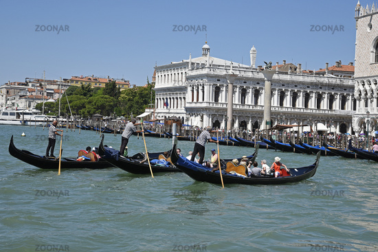 Tourists, gondoliers, gondolas, Palazzo Ducale, Doge´s Palace, Venice, Italy, Europe