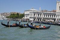 Tourists, gondoliers, gondolas, Palazzo Ducale, Doge´s Palace, Venice, Italy, Europe