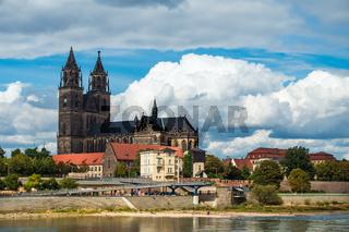 Blick über die Elbe auf den Magdeburger Dom