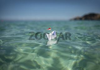 Papierschiff in tükisen Wasser | Reise & Urlaub