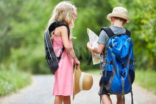Geschwister auf einer Wanderung in der Natur