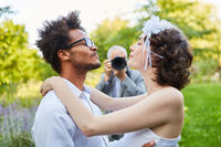 Glückliches Brautpaar fotografiert am Hochzeitstag