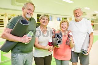 Senioren Gruppe mit Yogamatte im Sportstudio