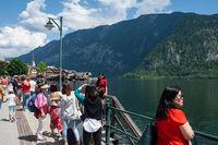 Hallstatt, Oesterreich, Scharen von Touristen am Ufer des Hallstaetter See