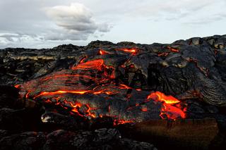 Glutheiße Lava tritt aus einer Erdspalte aus, Aufnahme im Morgenlicht - Location: Hawaii, Big Island