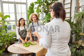 Floristen machen Prüfung zum Abschluss der Ausbildung
