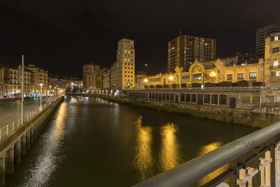 Die Stadt Bilbao bei Nacht