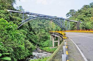 alte Eisenbahnbrücke der Kohlenbahn auf Sumatra Indonesien.jpg