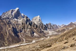 Die Berge Taboche und Cholatse in Nepal
