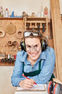 Glückliche junge Frau als Handwerker Azubi