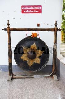 historischer Gong, Tempel Wat Phra Thong, Phuket, Thailand