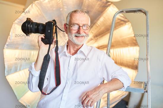 Älterer Fotograf mit seiner digitalen Kamera