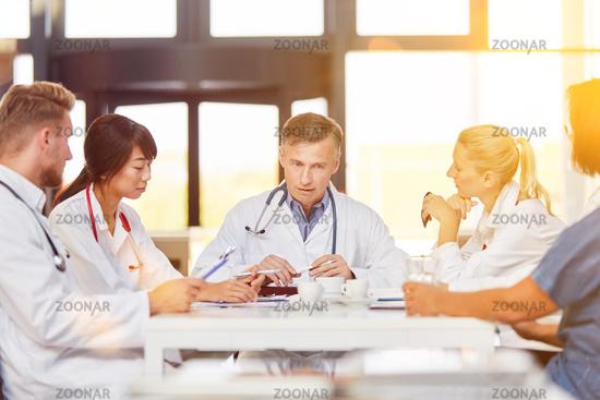 Chefarzt im Meeting mit Ärzte Kollegen