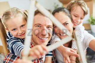 Eltern und Kinder freuen sich auf ein Eigenheim