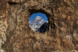 Der Gipfel des Mount Everest - gesehen durch ein Loch in einem Felsen