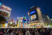 Pedestrians at Shibuya Crossing, Tokio, Japan