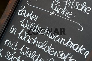 Kreidetafel vor einem Restaurant in Leipzig