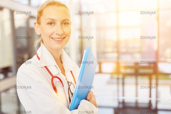 Junge Frau im Medizinstudium will Ärztin werden
