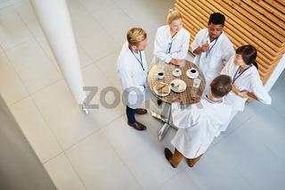 Ärzte essen und reden zusammen in der Cafeteria