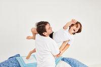 Vater hebt seinen Sohn in die Luft beim Toben