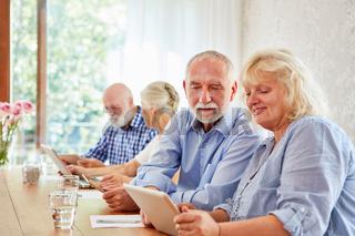 Senioren helfen sich im Computerkurs