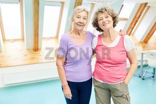 Zwei Senioren Frauen umarmen sich glücklich