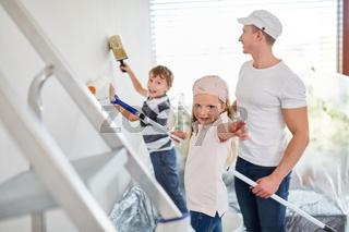 Kinder helfen Vater bei der Renovierung