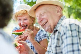 Fröhliches Senioren Paar beim Melone essen