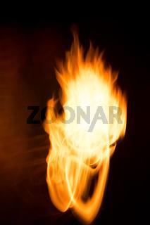 Feuer einer Heizung zeigt Flamme in Bewegungsunschärfe - Lichtspuren