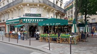 Café in Montparnasse in Paris zur Mittagszeit