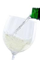 Wein einschenken eingießen aus Weinflasche Hochformat Weißwein Weisswein freigestellt Freisteller