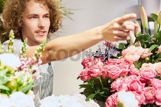 Florist als Verkäufer mit Sortiment an Blumen